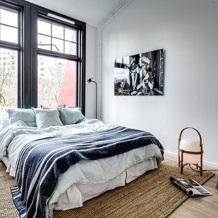 Exempel på ett nordiskt sovrum, med vita väggar, ljust trägolv och brunt golv