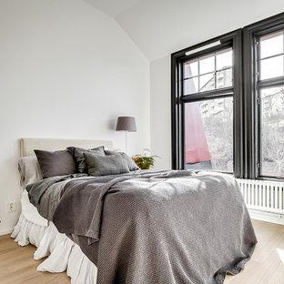 Inspiration för ett mellanstort minimalistiskt huvudsovrum, med vita väggar, laminatgolv och beiget golv