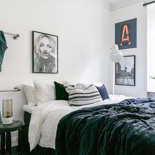 Inspiration för ett nordiskt sovrum, med vita väggar