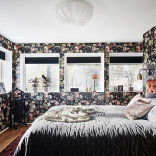 Idéer för att renovera ett mellanstort eklektiskt huvudsovrum, med flerfärgade väggar, mellanmörkt trägolv och brunt golv