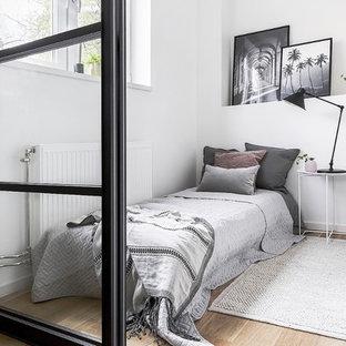 Inspiration för minimalistiska sovrum, med vita väggar, ljust trägolv och beiget golv
