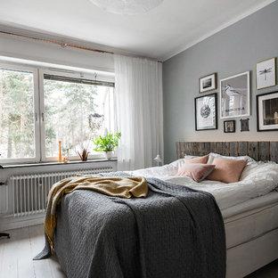 Inspiration för mellanstora nordiska huvudsovrum, med grå väggar och målat trägolv