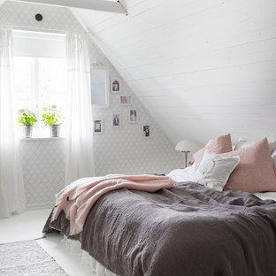Foto på ett lantligt gästrum, med vita väggar, målat trägolv och vitt golv