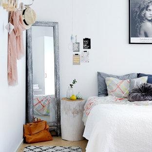 Modelo de habitación de invitados escandinava, de tamaño medio, sin chimenea, con paredes blancas y suelo de madera clara