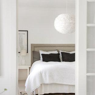 Inspiration för mellanstora moderna sovrum, med vita väggar och ljust trägolv