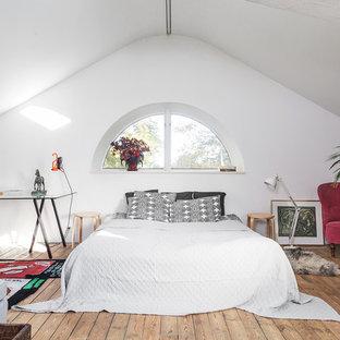 Idéer för ett eklektiskt huvudsovrum, med vita väggar, mellanmörkt trägolv och brunt golv