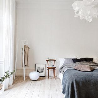 Exempel på ett mellanstort minimalistiskt huvudsovrum, med vita väggar och målat trägolv