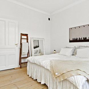 Idéer för ett stort shabby chic-inspirerat sovrum, med vita väggar och ljust trägolv