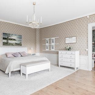 Idéer för vintage sovrum, med bruna väggar, ljust trägolv och beiget golv