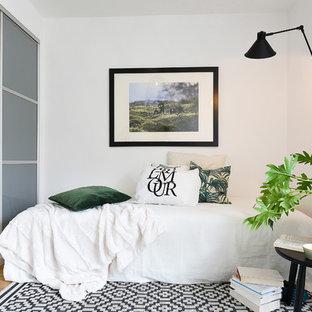 Bild på ett litet minimalistiskt gästrum, med vita väggar