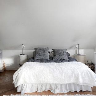 Skandinavisk inredning av ett mellanstort gästrum, med vita väggar, mellanmörkt trägolv och brunt golv