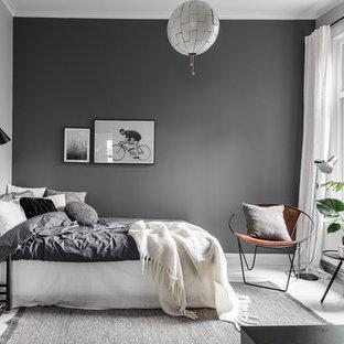 Стильный дизайн: хозяйская спальня среднего размера в скандинавском стиле с серыми стенами и деревянным полом без камина - последний тренд