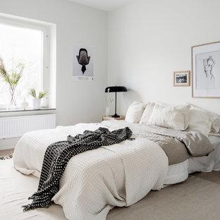 Inspiration för ett mellanstort skandinaviskt huvudsovrum, med vita väggar och ljust trägolv