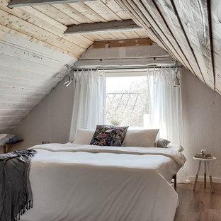 Foto på ett litet shabby chic-inspirerat gästrum, med vita väggar, mellanmörkt trägolv och brunt golv