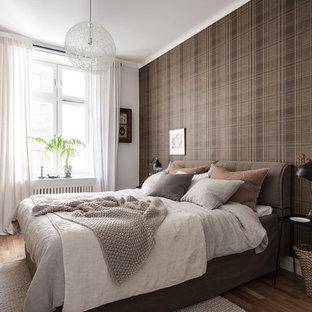 Inredning av ett skandinaviskt sovrum, med bruna väggar och ljust trägolv