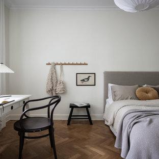 Inspiration för moderna sovrum, med vita väggar, mellanmörkt trägolv och brunt golv