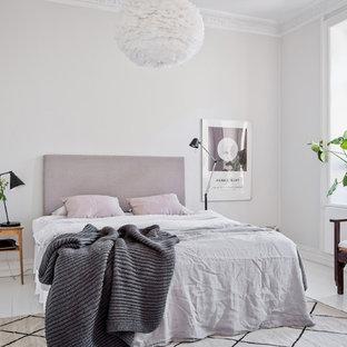 Idéer för att renovera ett nordiskt sovrum, med vita väggar, målat trägolv och vitt golv