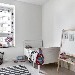 Bild på ett mellanstort minimalistiskt huvudsovrum, med vita väggar och ljust trägolv