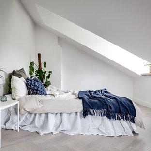 Inspiration för mellanstora klassiska sovrum, med vita väggar, ljust trägolv och beiget golv