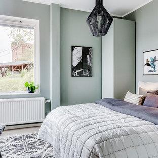 Idéer för ett mellanstort minimalistiskt gästrum, med gröna väggar och ljust trägolv