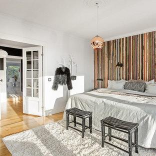 Idéer för ett mellanstort klassiskt huvudsovrum, med flerfärgade väggar och ljust trägolv