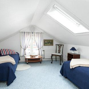 Idéer för att renovera ett maritimt gästrum, med vita väggar, heltäckningsmatta och blått golv