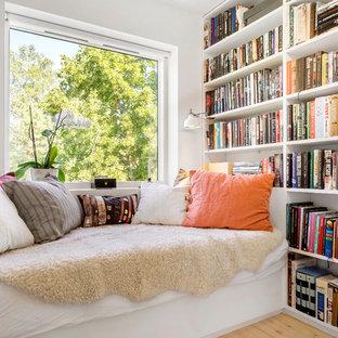 Imagen de dormitorio escandinavo, pequeño, sin chimenea, con paredes blancas y suelo de madera clara