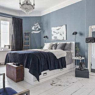 Inspiration för minimalistiska huvudsovrum, med blå väggar, målat trägolv och vitt golv