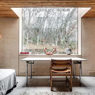 Nordisk inredning av ett stort huvudsovrum, med beige väggar och betonggolv
