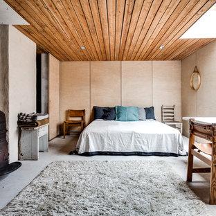 Inspiration för ett stort nordiskt huvudsovrum, med beige väggar och betonggolv