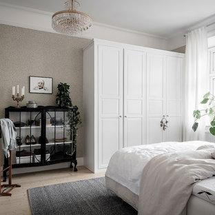 Exempel på ett nordiskt gästrum, med grå väggar, ljust trägolv och beiget golv