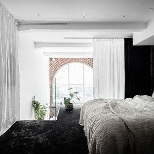 Idéer för att renovera ett skandinaviskt sovloft, med blå väggar, heltäckningsmatta och svart golv