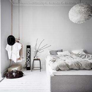 Inspiration för nordiska huvudsovrum, med vita väggar, målat trägolv och vitt golv