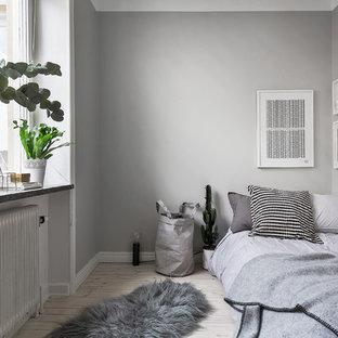 Idee per una piccola camera degli ospiti nordica con pareti grigie, parquet chiaro e nessun camino