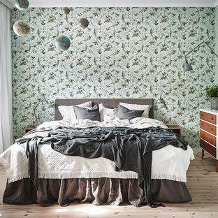 Idéer för att renovera ett skandinaviskt gästrum, med gröna väggar, ljust trägolv och beiget golv