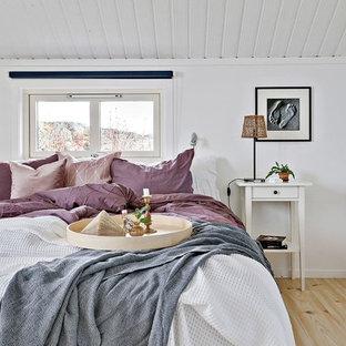 Foto på ett lantligt gästrum, med vita väggar, ljust trägolv och beiget golv
