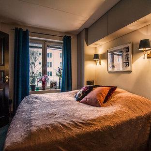 ストックホルムの中サイズのエクレクティックスタイルのおしゃれな主寝室 (グレーの壁、無垢フローリング、暖炉なし、コンクリートの暖炉まわり、茶色い床) のインテリア