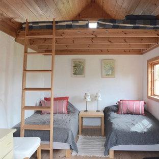 Idéer för små lantliga gästrum, med vita väggar, ljust trägolv och rosa golv