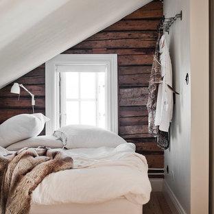 Cette image montre une petit chambre d'amis nordique avec un sol en bois clair et un mur blanc.