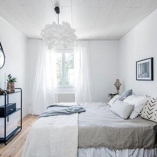 Bild på ett mellanstort minimalistiskt huvudsovrum, med vita väggar, ljust trägolv och beiget golv