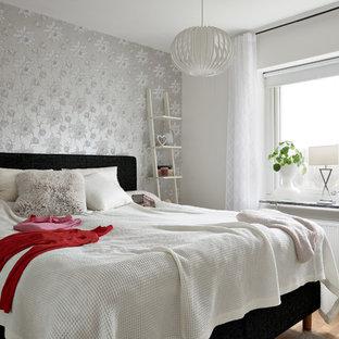 Exempel på ett minimalistiskt sovrum, med grå väggar, mellanmörkt trägolv och brunt golv
