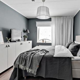 Idéer för ett minimalistiskt huvudsovrum, med grå väggar, laminatgolv och brunt golv