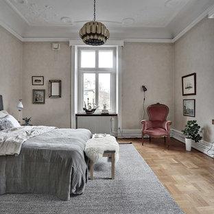 Inspiration för ett mycket stort vintage huvudsovrum, med beige väggar och ljust trägolv