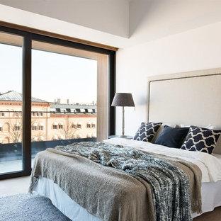 Idéer för stora funkis sovrum, med vita väggar och ljust trägolv