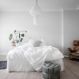 Inspiration för stora skandinaviska huvudsovrum, med vita väggar, ljust trägolv och beiget golv