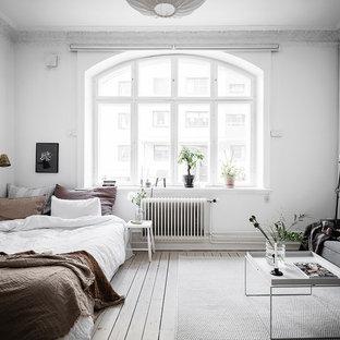 Idéer för mellanstora skandinaviska huvudsovrum, med vita väggar, målat trägolv och vitt golv