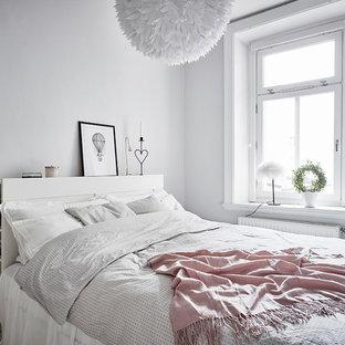 Idéer för ett litet skandinaviskt huvudsovrum, med grå väggar