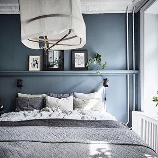 Klassisk inredning av ett sovrum, med blå väggar