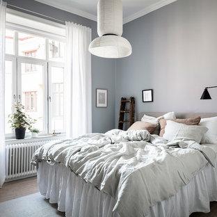 Idéer för ett mellanstort skandinaviskt gästrum, med grå väggar, mellanmörkt trägolv och beiget golv