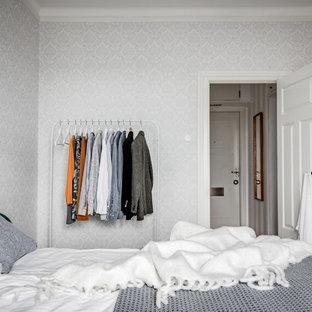Aménagement d'une petite chambre scandinave avec un mur gris.
